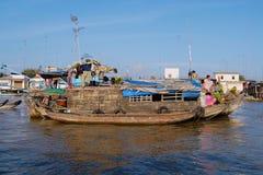 Sikt till fartygen som svävar på vatten på den berömda sväva marknaden i Cai Be, Vietnam Royaltyfri Foto