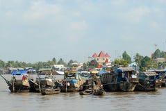Sikt till fartygen som svävar på vatten på den berömda sväva marknaden i Cai Be, Vietnam Arkivbild