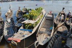 Sikt till fartygen som svävar på vatten på den sväva marknaden i Cai Be, Vietnam Arkivbilder