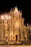 Sikt till fasaden av domkyrkan av den Santa Agatha - Catania duomoen Turister tar foto på bakgrunden av byggnaden Fotografering för Bildbyråer