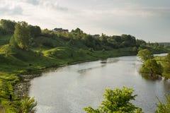 Sikt till floden och blå molnig himmel Royaltyfri Foto