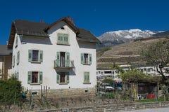 Sikt till gammal bostads- byggnad i fängelset (Fängelse-Glisen), Schweiz royaltyfri fotografi