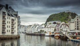 Sikt till gatan av Alesund, Norge Är berömt för art décoarkitekturen Royaltyfria Foton