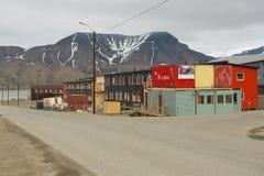 Sikt till gatan av den arktiska staden av Longyearbyen, Norge Royaltyfria Bilder