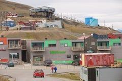 Sikt till gatan av Longyearbyen, Norge Fotografering för Bildbyråer
