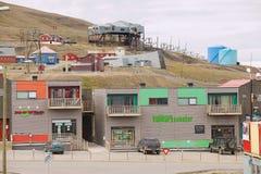 Sikt till gatan av Longyearbyen, Norge Royaltyfria Bilder