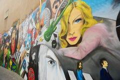 Sikt till grafitti på den gamla byggnadsväggen i Baseln, Schweiz Arkivfoton