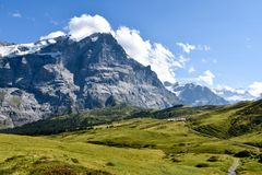 Sikt till Grosse Scheidegg i den Grindelwald dalen, schweiziska fjällängar, Arkivbild