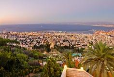 Sikt till Haifa i Israel under solnedgång Royaltyfri Fotografi