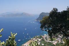 Sikt till havet och yachterna från ön av Capri Fotografering för Bildbyråer
