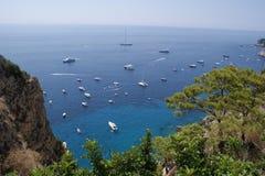 Sikt till havet och yachterna från ön av Capri Arkivbilder