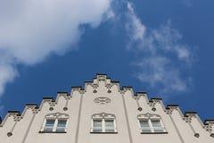 Sikt till himlen och överkanten av en vit storartad historisk byggnad i den Maximilian gatan i Augsburg, Tyskland royaltyfri foto