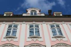 Sikt till himlen och överkanten av enröd storartad historisk byggnad i den Maximilian gatan i Augsburg, Tyskland arkivfoto