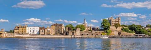 Sikt till historiska Rochester över floden Medway Royaltyfria Bilder