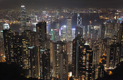 Sikt till Hong Kong från Victoria Peak vid natt Royaltyfri Bild