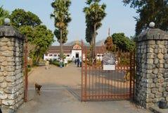 Sikt till ingångsporten till hagtorn Kham Royal Palace i Luang Prabang, Laos Arkivbilder