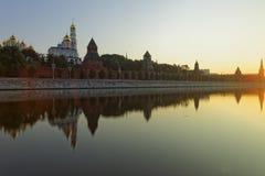 Sikt till Kreml- och Moskvaflodkaj på soluppgången Arkivbild
