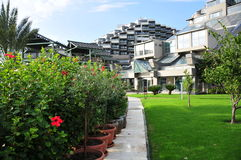 Sikt till Limak Lara Deluxe Hotel från den trädgårds- sidan Fotografering för Bildbyråer