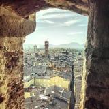 Sikt till Lucca cityscape från La Torre Guindgi Toscana Italien Royaltyfri Bild