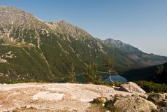 sikt till Morskie Oko sjön från Czarny Staw sjön Arkivbild