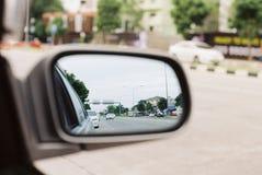 Sikt till och med den automatiska spegeln för bakre sikt vid filmfotografi Royaltyfri Foto