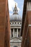 Sikt till och med en smal gränd till domkyrkan för St Paul ` s, London fotografering för bildbyråer