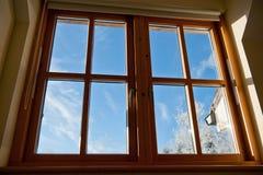 Sikt till och med ett fönster Arkivbild