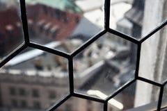 Sikt till och med ett gammalt dammigt fönster arkivfoto