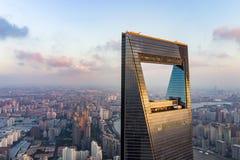 Sikt till och med fönster av det Shanghai tornet till det bostads- området för låg löneförhöjning i Pudong royaltyfri bild
