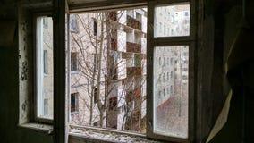 Sikt till och med fönster på Pripyaten Arkivfoton
