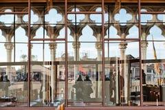 Sikt till och med fönstret av Caen Foscari Arkivbild