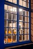 Sikt till och med fönstret av en byggnad på klassisk musikspäckhuggaren Arkivbilder