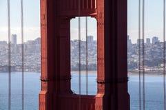 Sikt till och med Golden gate bridge på San Francisco Royaltyfria Foton