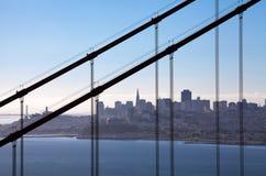 Sikt till och med Golden gate bridge på San Francisco Arkivbild