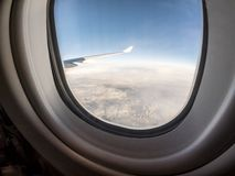 Sikt till och med hyttventilen av flygplan arkivfoto