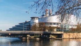 Sikt till och med träd av den europeiska domstolen av mänskliga rättigheter som bulding Arkivfoto