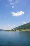 Sikt till Ossiach från skeppet på sjön Ossiach Arkivbild
