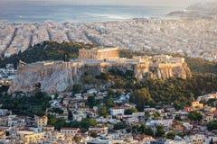 Sikt till Parthenontemplet av akropolen av Aten fotografering för bildbyråer