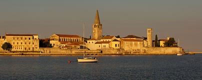 Sikt till Porec den gamla staden, berömd turist- destination i Kroatien Royaltyfri Bild