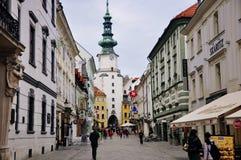 Sikt till porten för Michael ` s i den gamla staden Bratislava, Slovakien arkivfoto