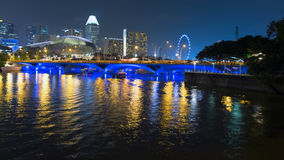 Sikt till promenadbron, fartyget och den Singapore reklambladet Arkivfoto