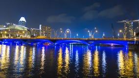 Sikt till promenadbron och den Singapore reklambladet Arkivbilder