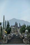 Sikt till Pura Besakih Temple och monteringen Agung Royaltyfri Fotografi