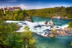 Sikt till Rhine Falls nära Schaffhausen, Schweiz Rhine Falls är den största vanliga vattenfallet i Europa Fotografering för Bildbyråer