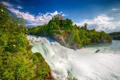 Sikt till Rhine Falls & x28; Rheinfalls& x29; , den största vanliga vattenfallet i Europa Det lokaliseras nära Schaffhausen, Schw royaltyfri bild