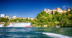 Sikt till Rhine Falls & x28; Rheinfalls& x29; , den största vanliga vattenfallet i Europa nära Schaffhausen, Schweiz royaltyfria bilder