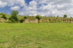 Sikt till sedimentär sten i sten-grop område på den Zavet staden Arkivbild