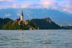 Sikt till sjön som blödas i Slovenien royaltyfri foto