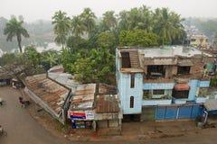 Sikt till slumkvarterhusen i i stadens centrum Puthia, Bangladesh Arkivfoton
