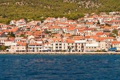 Sikt till staden av Bol. Ön av Brac. Kroatien. Fotografering för Bildbyråer